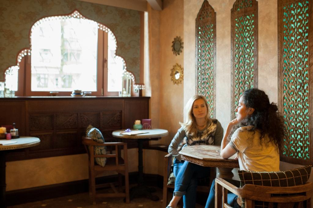 Уютная атмосфера кафе располагает к душевным разговорам